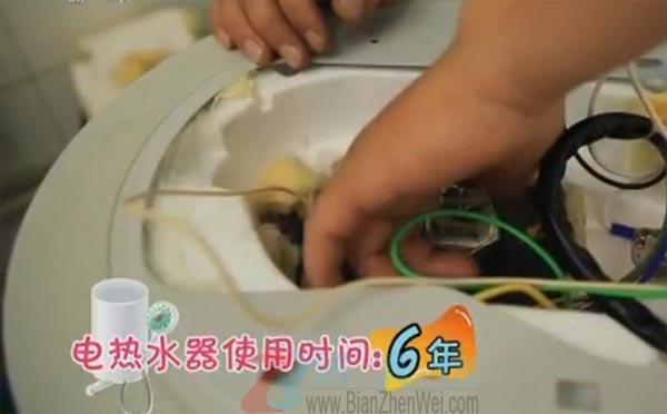 """电热水器两年不清洗相当用""""污水""""洗澡。用过了六年从未清洗过的电热水器中会有多少水垢呢——辨真伪网"""