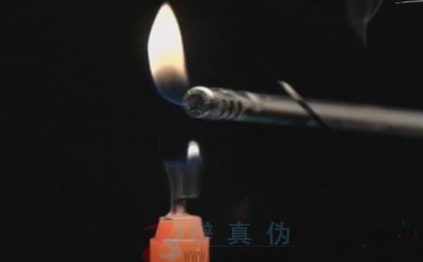 借助烟雾也能点燃蜡烛是真的。实验助理点燃一根蜡烛后,用小道具灭掉火苗后——辨真伪网