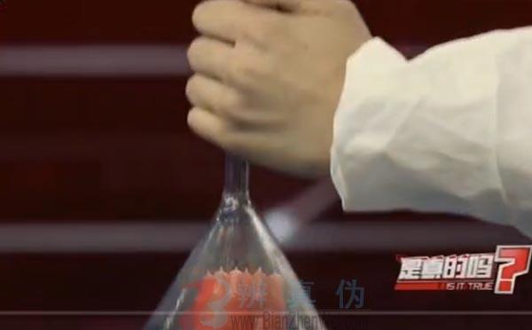 借助烟雾也能点燃蜡烛是真的。实验用的玻璃漏斗来熄灭蜡烛——辨真伪网