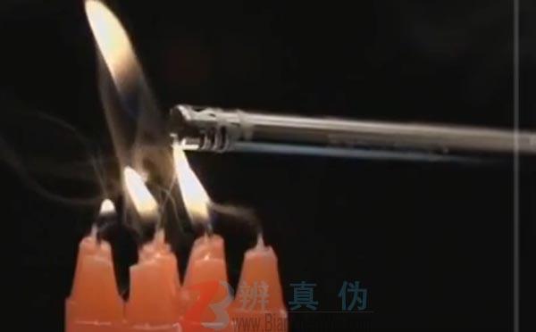 借助烟雾也能点燃蜡烛是真的。实验助理将蜡烛全部点燃。——辨真伪网