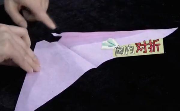 借助纸板就能让纸飞机持续飞行是真的。将两边缺口的斜边对准中线向内对折——辨真伪网