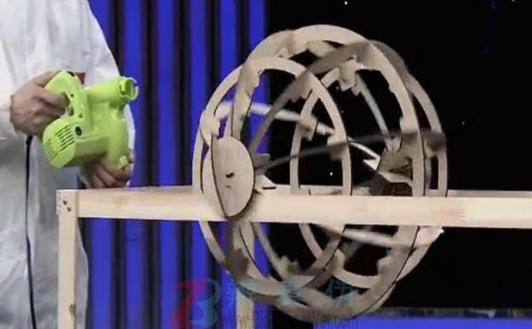 从同一方向吹小球能让它来去自如是真的。借助鼓风机很轻松地将大球吹了出去,又吹了回来——辨真伪网