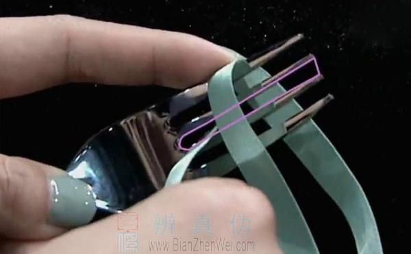 用叉子就能轻松制作蝴蝶结,从叉子最中间的空隙穿过去。