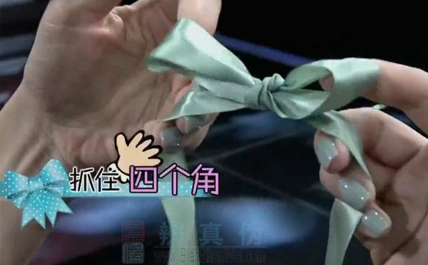 用叉子就能轻松制作蝴蝶结,抓住四个角一起拽紧。用手打出来的大蝴蝶结就完成了。