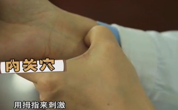 用吹风机吹胃部就能治打嗝 内关穴在掌横纹上两寸在两个肌腱之间—辨真伪网