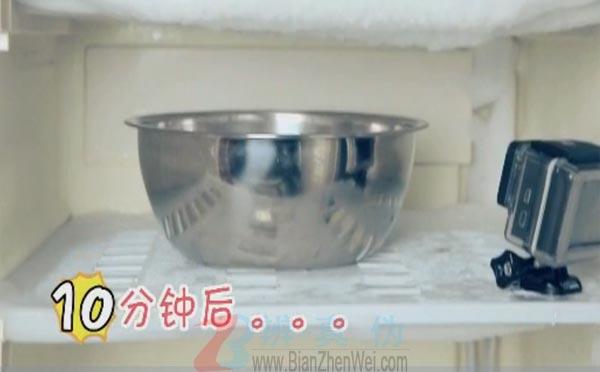 用热水就能轻松给冰箱除霜是真的。时间过去10分钟,冰箱顶部厚厚的冰层开始融化滴水——辨真伪网