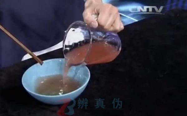 用水果就能轻松做果冻是真的。让两种液体充分融合。——辨真伪网