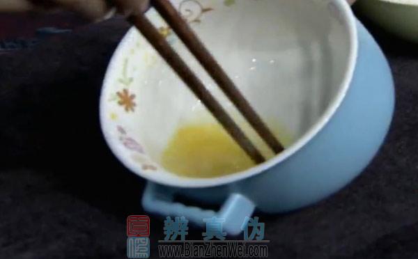 用微波炉可以做蛋炒饭,将鸡蛋打散之后倒进空碗里。