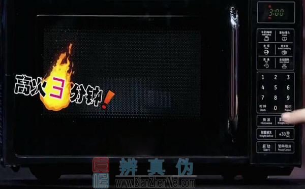 用微波炉可以做蛋炒饭,混合了鸡蛋液的米饭用高火加热三分钟。