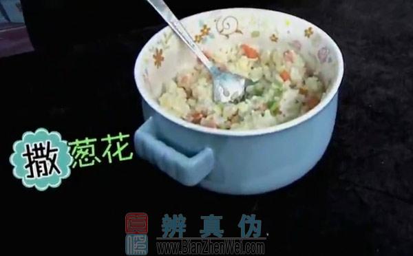 用微波炉可以做蛋炒饭,充分地拌匀后撒上香葱,再用微波炉加热30秒