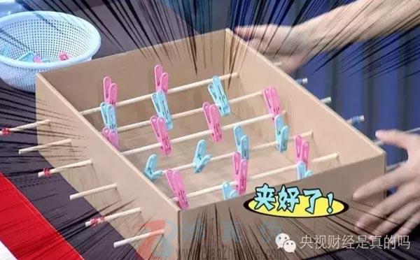 用鞋盒就能自制足球机,鞋盒的左右两边各切出一个长方形的球门——辨真伪网