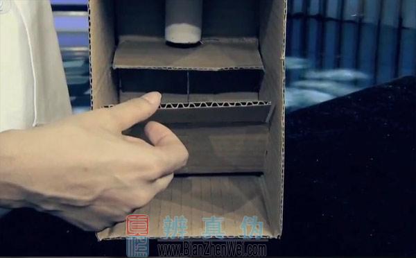 用纸盒就能做可自动取钱的储蓄盒,将裁剪下来的其中一片纸板,固定在纸筒的下方