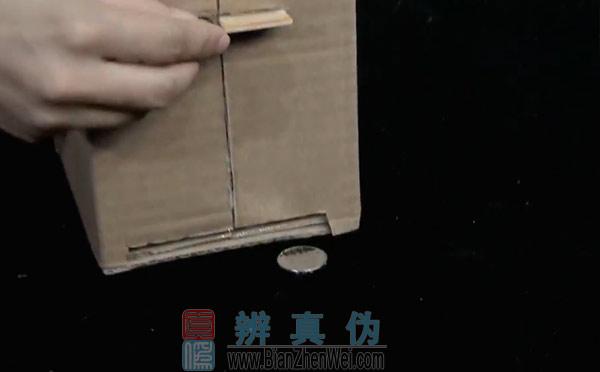 用纸盒就能做可自动取钱的储蓄盒,一插卡,硬币就从出钱口出来了