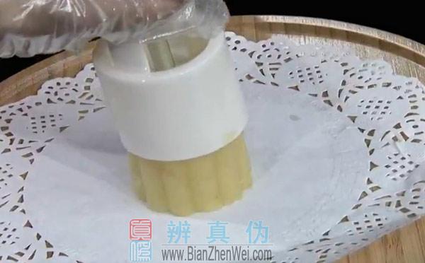 在家就能轻松自制绿豆糕,将炒好的绿豆粉捏成团,放入模具中