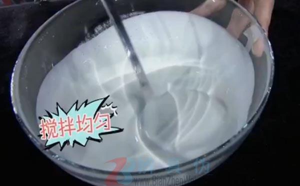 在家就能轻松自制凉皮是真的。倒进碗里,搅拌均匀——辨真伪网