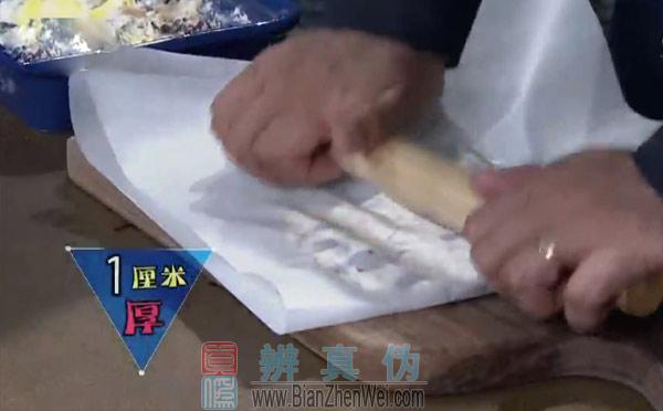 自制牛轧糖,用擀面杖压平,压成大约1厘米的厚度